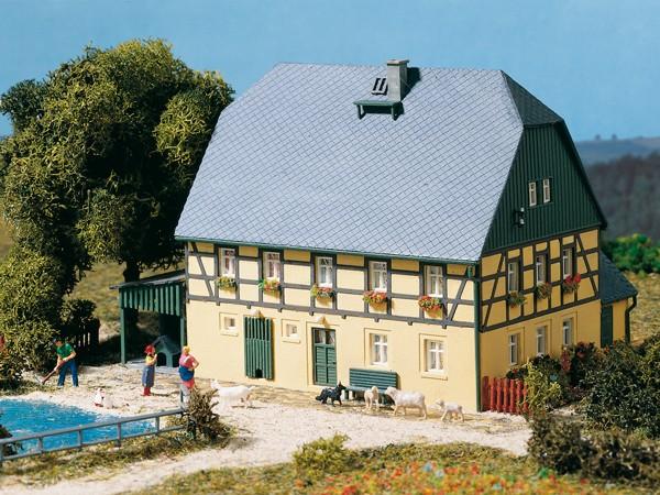 """Auhagen 11359 H0-Modellbausatz, """"Großes Bauernhaus"""" mit Stall & Schauer"""