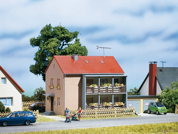 Auhagen 12236 H0/TT-Modellbausatz, Mehrfamilienhaus
