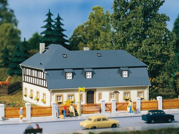 """Auhagen 11385 H0-Modellbausatz, """"(Mehrfamilienhaus) - Wohnhaus Mühlenweg 1"""""""